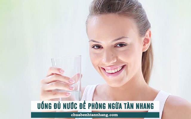 uống đủ nước để phòng ngừa tàn nhang hiệu quả