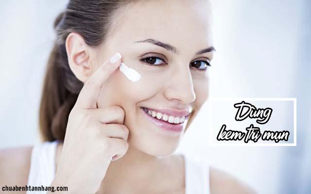 trị mụn cho da nhờn bằng cách sử dụng kem trị mụn