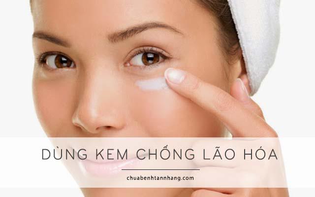xóa nếp nhăn vùng mắt bằng cách sử dụng kem chống lão hóa