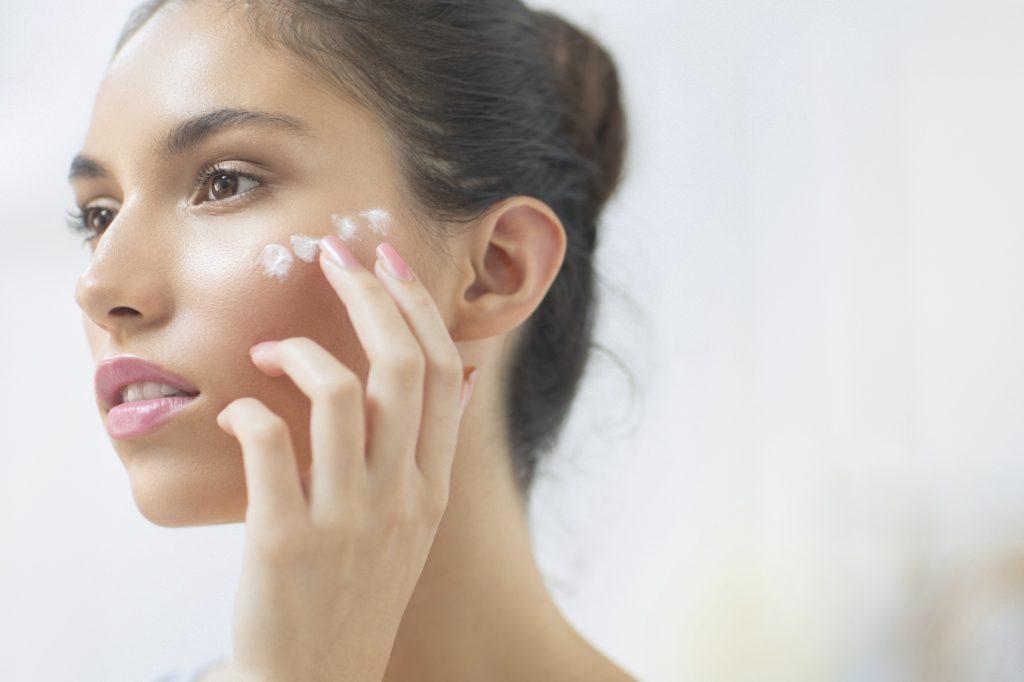 Nám hỗn hợp là tình trạng da bao gồm nám mảng và những đốm nám chân sâu, khiến da sạm đen và không đều màu, gây mất thẩm mỹ