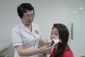 Bác sĩ Nguyễn Thị Nhuần – Giám đốc Chuyên môn Trung tâm Da liễu Đông y Việt Nam khám, điều trị nám cho diễn viên Lương Thu Trang