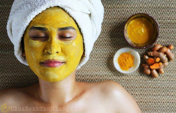 Đắp mặt nạ tinh bột nghệ lên mặt trị tàn nhang